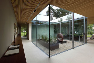 Moderne atrien in modernen wohnhausern m bel ideen und for Atriumhaus bauen