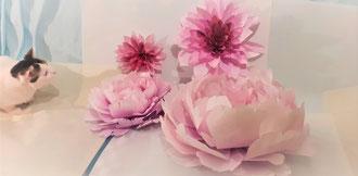 Fleurs artificielles teintées avec papier translucide, fleurs pivoines dahlias géantes atelier à Paris