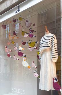 Envol des oiseaux,  création en papier cartonnée, décor vitrines Paris