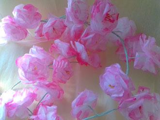 Guirlandes de fleurs en papier de soie teintées