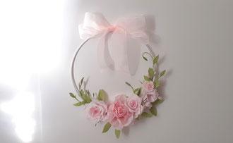Couronne de roses en papier crépon , décoration murale création fait main
