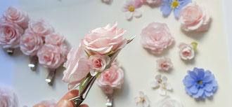 Pince cheveux ornés de petites roses de papier crépon. Coiffure événement spéciale.
