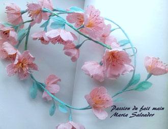 Guirlande de fleurs teintées en papier crépon spécial fleuriste pour la décoration d'intérieur, atelier Maria'S