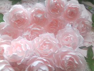 Création de roses en papier pour  une commande personnalisé décoration shabby chic