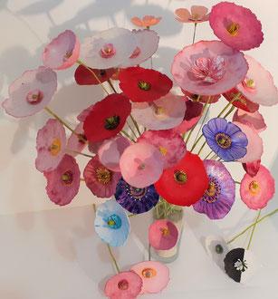 Bouquet  de fleurs en papier mâché, fabrication du papier recyclé.  Différentes techniques de teinture couleurs vivaces.
