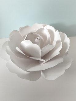 Rose en papier cartonnée traitée avec du produit ignifuge. Création de fleurs géantes en papier à Paris