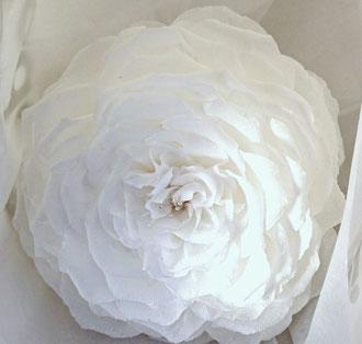 Rose géante en papier crépon décoration mariage création atelier de fleurs en papier à Paris