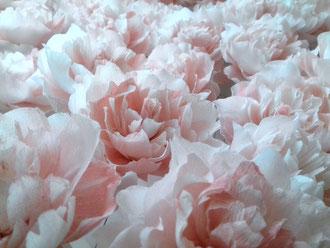 Roses en papier crépon teintées couleur vieux-rose  décoration mariage création atelier de fleurs en papier