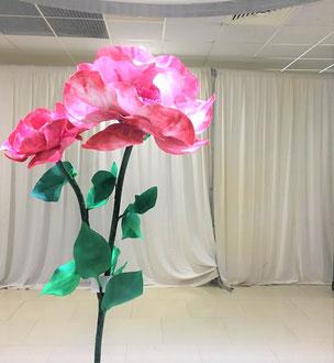 Décoration fleur géante en papier crépon. Evénement privé sur Paris