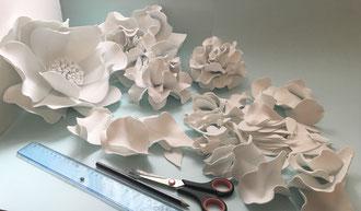 Fleur en gomme EVA modelé et  ignifugée   Atelier artisan à Paris