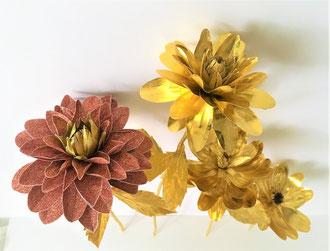 fleur en papier brillant dorée et rose pailleté/réalisation entièrement découpé à la main