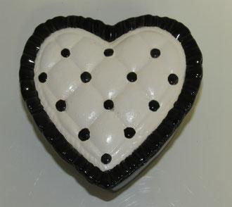 Boite à bijoux modèle coeur émaillé contour noir et centre blanc
