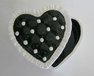 Boite à bijoux modèle coeur émaillé contour blanc et centre noir