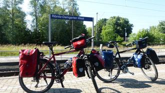 Am Bahnhof Ribnitz-Damgarten startet unsere Radtour 2014