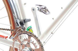 ダウンチューブ下側には、ツール缶を固定するために3つめのボトル台座を装備。メインチューブはレイノルズ853だ