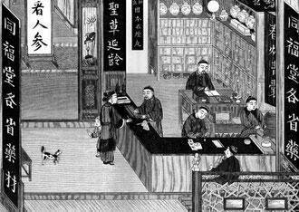 """Pharmacie ouvrant sur la rue. Un assistant pèse, un autre utilise l'abacus. Sur les écriteaux : le nom du pharmacien, """"Médicaments de toutes les provinces"""", """"Remèdes contre l'opium"""", """"Entrez et voyez le jen-señ"""", """"Médicaments pour prolonger la vie""""."""
