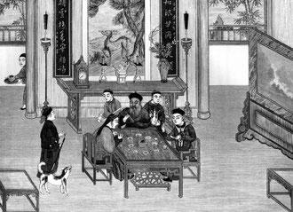 Dîner de famille en Chine du nord. Noter : le plat principal, les huit hors-d'œuvre, les bâtonnets, les cuillers en faïence, les très petites tasses à eau-de-vie et l'aiguière, les pipes. Au fond : pendule, brûle-parfums, chandeliers; le daim.