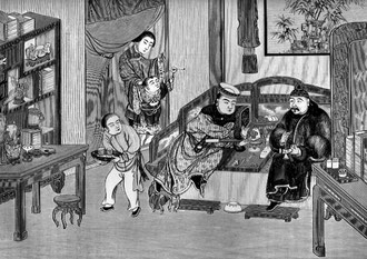 Fumeur d'opium et fumeur de tabac assis sur un kwañ. Le premier tient la pipe à opium, qu'il va porter sur la flamme de la lampe. L'autre allume une pipe à eau. En arrière, des assiettes à gâteaux. Sur les étagères, des livres dans leur reliure mobile.