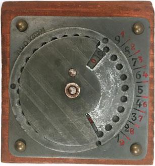 Additionneur Josef Funke, D. R. Patent nº 335921, fabricado en Munich, año 1920, 8.5x9 cm