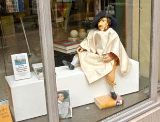 Die Goethe-Puppe im Schaufenster der Klassik Stiftung Weimar