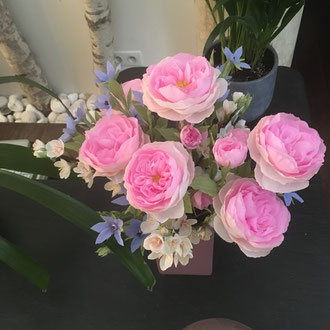 Bouquet de fleurs en papier crépon teintée.