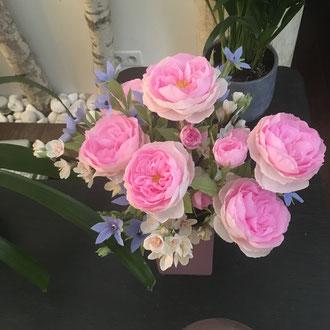Bouquet de fleurs en papier crépon teintée. Artisan fleuriste à Paris