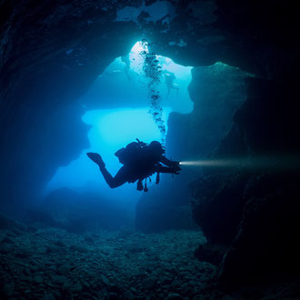 Anja leuchtet die Wände der Grotte beim Blue Hole aus. © Robert Hansen, Gozo, Oktober 2020