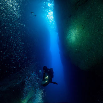Sichereitsstopp auf 5 Metern Tiefe im Inland Sea, Lichtkegel der Lampen an der Wand. © Robert Hansen, Gozo, Oktober 2020
