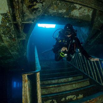 Josette schwebt in 35 Metern Tiefe die Treppe der MV Karwela hinunter. © Robert Hansen, Gozo, Oktober 2020