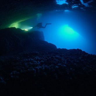Mirco schwebt in der Billinghurst-Cave. Langzeitbelichtung mit Stativarmen. © Robert Hansen, Gozo, Oktober 2020