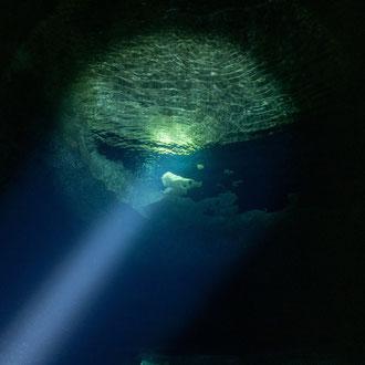Scheinwerferlicht flutet die Kaverne der Billinghurst-Cave. Der Einstieg liegt in rund 25 Metern Tiefe. © Robert Hansen, Gozo, Oktober 2020