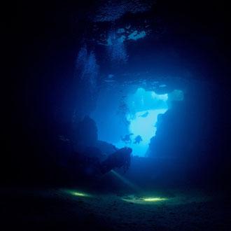 Tauchlampenlichtspiele in der Grotte beim Blue Hole. © Robert Hansen, Gozo, Oktober 2020