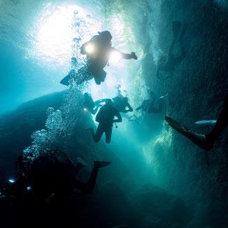 Tauchergewimmel am Eingang zum Inland Sea. Der Weg führt hinaus in das offene Meer. © Robert Hansen, Gozo, Oktober 2020