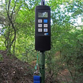 """`H560 DewPoint Pro` schnell ansprechendes Hygro-Thermometer für präzise Temperatur- und Luftfeuchtemessung (hier über einer Fuchsbau-Einfahrt an den Kalkkuhlen, dem sog. """"Gebirge"""")"""
