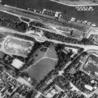 1969 Luftbild, mit innerer und äußerer Wegeführung sowie Aussenbepflanzung, Innenraum war eine große Rasenfläche; Quelle: Kartendienst Metropole Ruhr