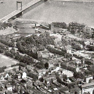 Luftbild 1955, der Park am linken Bildrand, erkennbar die hellen Beetflächen am Rasenrand, Quelle: mit frdl. Genehmigung von Herrn Stratenwerth