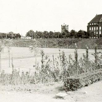 30-er Jahre, Blick auf die Ruhrorter Str. und Trajektturm; Quelle mit frdl. Genehmigung von Herrn Stratenwerth