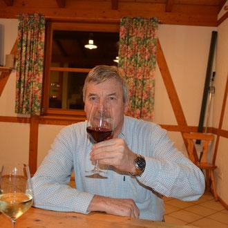 …Hugo unser 1. Vorstand kostet den Wein….