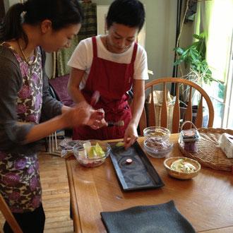 陶芸家とフラワーデザイナーのお二人に前菜の盛りつけをお願い