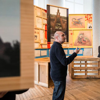 Guillem Carabí davant el Tríptic casa Bofarull al Centre d'Art Contemporani Fabra&Coats. Fotografia: Pep Herrero