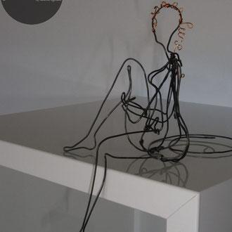 Femme nue assise en fil de fer 3D pour bordure étagère de Arc en Lune H.16xl.7xP.12cm, logo cuivre