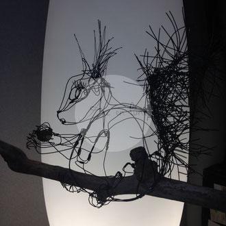 """ARC EN LUNE Fabienne Quenard """"Noisette"""" écureuil sur branche de bois flotté en fil de fer 3D H.35xL.32xl.22cm"""