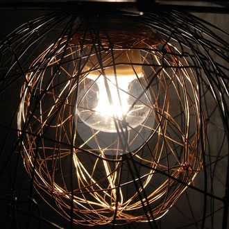 """Détail sur lampe à poser """"Cocon"""" en fil de fer de Arc en Lune"""