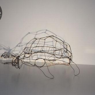 """""""Frankline"""" tortue de Arc en Lune en fil de fer recuit noir et fil cuivre, L.30xl.25xH.15cm"""