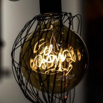 """""""Suspended love"""" en fil de fer de Arc en Lune suspension demi sphère ampoule filament led écriture """"love"""" 4W diamètre 12,5cm, câble alimentation tissu Cognac, inter et fiche ou platine métal noir pour suspension"""