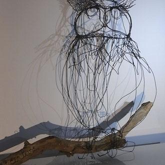"""ARC EN LUNE Fabienne Quenard """"el un hibou"""" en fil de fer 3D sur branche bois flotté H.45xP.18cm branche 50cm"""