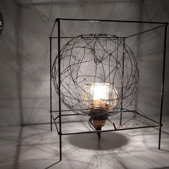 """Lampe à poser """"Bulle en cage"""" de Arc en Lune, dans cube 3D, fil de fer et cuivre, lampe led 4w, fil tissu noir, H.30cm x L.24,5cm"""