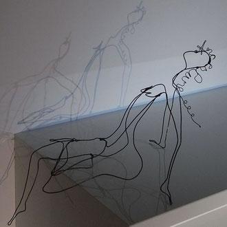 Femme nue assise en fil de fer 3D pour bordure étagère de Arc en Lune L.30xH.16xl.8cm