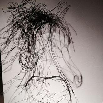 """""""Crin noir"""" cheval cabré en fil de fer 3D de Arc en Lune sur cadre finition béton ciré H.150xL.70cm"""