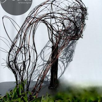 """ARC EN LUNE Fabienne Quenard """"Ma biche brouteuse"""" en fil de fer et cuivre 3D de Arc en Lune H.70xL.80xl.35cm, socle acier Epoxy anthracite 40x25x0,5cm"""